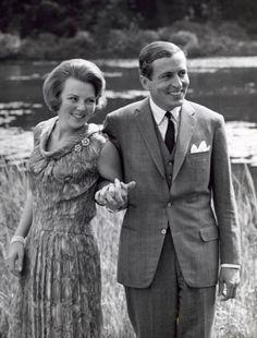 Kroonprinses Beatrix en Claus von Amsberg tijdens de bekendmaking van hun verloving in de tuin van paleis Soestdijk, 28 juni 1965.