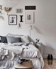 Tolles Schlafzimmer zum Wohlfühlen. Die Kombination aus warmen Grautönen und verschiedenen Bilderrahmen an der Wand schaffen ein gemütliches Ambiente
