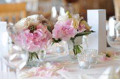 Hochzeit Tischdeko Rosen Rosenblüten rosa creme Glasvase