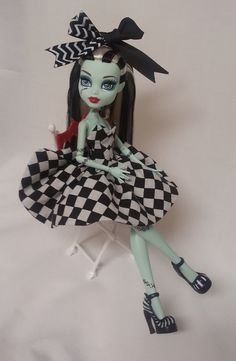 For your lovely Monster High. Reversible black & white check one side and the other vibrant purple! Lolita Dress with hair bow. Fabric: Black and