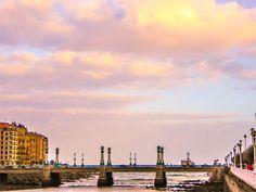 El puente del Kursaal se encuentra muy cerca de la desembocadura del Río Urumea, en Donostia-San Sebastián. Une el barrio de Gros con el centro de la ciudad. Es uno de los 10 lugares de visita obligada para descubrir el barrio de Gros, lugar donde se encuentra el Restaurante Aitzgorri. #kursaal #puente #gros #donostia #rio #urumea #restaurante #aitzgorri