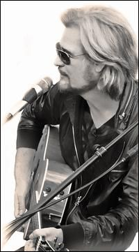 Daryl Hall...He is handsome as ever (surgery or not)!