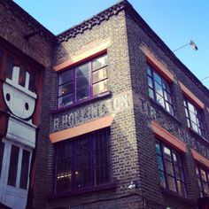 Bijna verdwenen letters. R. Hollington was een meubelmaker. Ik hou ook van de street art van #stik ernaast. #londen  Ghost signage lettering. R. Hollington appeared to be a cabinet maker. Love the streetart of Stik as well. #london