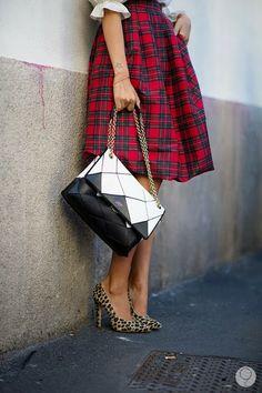 Jupe écossaise, hauts talons panthère et sac bi-colore - Street Style