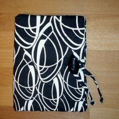 Custodia antiurto, adatta a tutti i tipi di Kindle. Lavabile a mano.Ha due taschine per portare con sé il cavetto o un piccolo block notes e penna o matita.