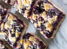 Side angle shot of 6 blueberry crumble bars arranged in 2 rows. A buttery shortbread-like base, juicy blueberry filling & crumbly crumble topping - these Blueberry Crumble Bars are so easy & delicious! Blueberry Crumble Bars, Blueberry Cookies, Frozen Blueberry Recipes, Blueberry Squares, Blueberry Bread, Healthy Blueberry Desserts, Blackberry Dessert Recipes, Easy Blueberry Pie, Fruit Cookies