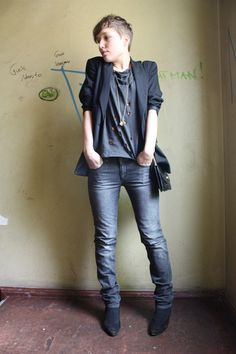 Blazer & jeans is a great combination. The cut of the blazer is nice, too. Tomboy Chic, Cute Tomboy Style, Queer Fashion, Tomboy Fashion, Look Fashion, Fashion Outfits, Womens Fashion, Fashion Hats, Aesthetic Fashion