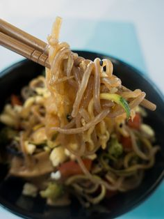 Comment préparer les fameuses nouilles de konjac à 0 calorie ? Je vous propose ma recette de shirataki sautés aux légumes avec une marinade façon asiatique.