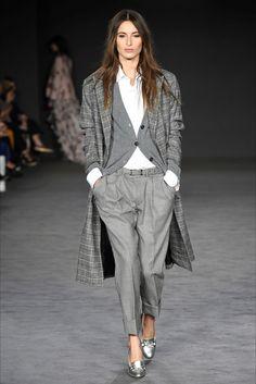 Guarda la sfilata di moda DAKS a Londra e scopri la collezione di abiti e accessori per la stagione Collezioni Autunno Inverno 2017-18.
