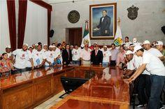 El gobernador Javier Duarte de Ochoa recibió a los jugadores del equipo Rojos del Águila de Veracruz, tras coronarse como campeones de la Liga Mexicana de Béisbol, el pasado miércoles 28 en el estadio Beto Ávila, en la ciudad de Veracruz.