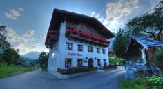 Bergpension Gasthofkreuz Zams Overlooking the village, Gasthof Kreuz enjoys a quiet location at 1,000 metres above sea level, only 200 metres from the Rifenal-Venet ski lift. It offers typical Tyrolean cuisine, free Wi-fi and free parking.