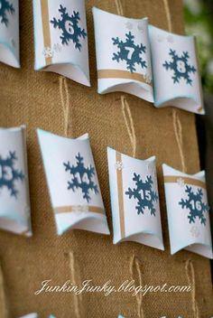 Christmas Tutorial ● Christmas Countdown Calendar with small goodies boxes Burlap Christmas, Noel Christmas, All Things Christmas, Christmas Ornaments, Christmas Tables, Nordic Christmas, Modern Christmas, Handmade Christmas, Christmas Countdown Calendar