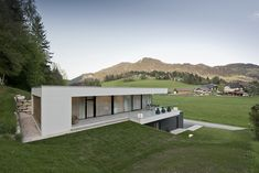 The home is a built form that allows the architect to explore and convert ideas into reality. The opportunities and potential for expression to expand the boundaries of building form and building space are endless. Minimalist House Design, Modern House Design, Sustainable Architecture, Modern Architecture, Hillside House, Concrete Houses, Underground Homes, Container House Design, Dream House Exterior
