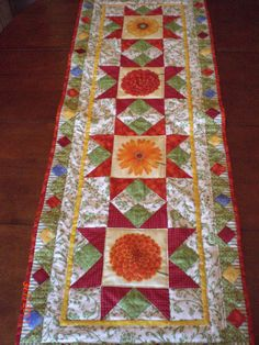 Quilted flower table runner Flowers could be appliques OR embroidered Patchwork Table Runner, Table Runner And Placemats, Quilted Table Runners, Quilting Projects, Sewing Projects, Flower Table, Place Mats Quilted, Quilted Table Toppers, Flower Quilts