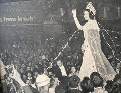 A despedida de Ieda Maria Vargas. (Foto: Revista Fatos & Fotos, 11/07/1964)Nunca o Maracanãzinho viveu um instante como aquele. Ieda Maria Vargas era a primeira Miss Universo que coroava uma Miss Brasil. No momento em que ela passava para a representante do Paraná a faixa e a coroa, que antes do triunfo em Miami lhe haviam pertencido, e deu seu adeus ao público, avassaladora emoção se apoderou de todos.