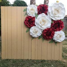 Simplicity is Beautiful 🌹👑 Paper Flower Decor, Giant Paper Flowers, Big Flowers, Paper Roses, Flower Crafts, Quinceanera Decorations, Backdrop Decorations, Backdrop Photobooth, Deco Ballon