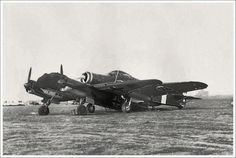 Picture on an odd accident between an Italian Savoia Marchetti and a Junkers Ju 88 Ww2 Aircraft, Military Aircraft, Italian Air Force, Ww2 Pictures, Vintage Airplanes, German Army, Luftwaffe, World War, Wwii