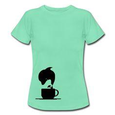 Coffee & Dolphin - Tolles Motiv auf hochwertigen Shirts und Geschenken für alle, die Kaffee und Delfine mögen. Nach der Dosis Koffein hüpft man wie ein Delfin - fast. Tags: Kaffee, Dolphin, Design, Fun, Geschenk, Drink, Grafik, Geschenke, Tasse, Tierfreunde