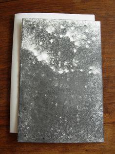 Versant IV  Michel BUTOR & Paul de PIGNOL. Etant l'Etna. Dessins de P. de Pignol. Rouen, L'Instant perpétuel, juillet 2013. 15 x 11 cm, 32 p., ill., en feuilles sous couv. illustrée à rabats. ISBN 2-915848-31-9. E.O. Tirage limité à 99 ex. numérotés, tous signés par M. Butor et P. de Pignol. Les 6 premiers comportent chacun un collage original signé de M. Butor, et un Versant noir, dessin original signé de P. de Pignol. Les 3 premiers comportent en outre un manuscrit autographe de l'auteur.