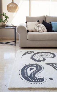 Qu'il soit grand pour recouvrir un large espace ou plus petit pour habiller un lit, un grand choix de tapis s'offre à vous ! #astucedeco #tapispaisley #tapis #deco #paisley