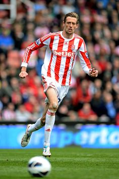 Peter Crouch @ Stoke City The well travelled Gangly Goal Grabber. Tall Men, Tall Guys, World Football, Football Soccer, Peter Crouch, Stoke City Fc, Premier League Teams, Most Popular Sports, Big Noses