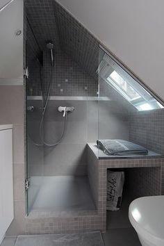 Dusche unter der Dachschräge