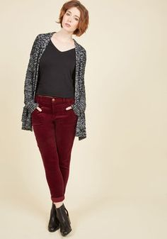 You Wear the Pants in Burgundy. March up to the proverbial podium and call the shots on what it means to be casual-chic by sporting these corduroy skinnies. Maroon Pants Outfit, Maroon Joggers, Joggers Outfit, Grey Outfit, Winter Outfits, Casual Outfits, Cute Fashion, Fashion Clothes, Fashion Ideas