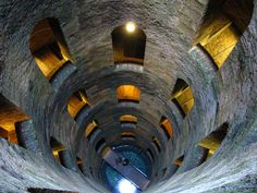"""Orvieto possui diversos túneis e poços que datam a época etrusca, como o maravilhoso """"Pozzo di San Patrizio"""", um poço profundo com uma escada em espiral dupla que leva até a fonte de água em sua base. Sugestão: fazer um passeio à pé pela cidade. #NewAge #Viagem #Turismo #Italia #Orvieto"""