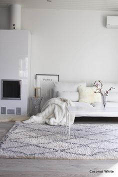 All white minimalist living room with lots of textures Living Room White, White Rooms, Living Room Interior, Home Living Room, Living Room Decor, Living Spaces, Living Room Inspiration, Home Decor Inspiration, White Carpet