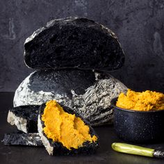 Black Bread and Roasted Carrot Humm. Mysterious and spookywhat makes a white bread black? Crusty artisan bread topped with a roasted carrot hummus just in time for Halloween. Halloween Dinner, Halloween Food For Party, Halloween Treats, Halloween Cupcakes, Halloween Halloween, Charcoal Bread, Halloween Backen, Baking Recipes, Dessert Recipes