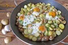 Huevos Estrellados con Patatas y Champiñones Spanish Kitchen, Spanish Food, Spanish Recipes, Eggs, Breakfast, Tortillas, Queso, Dinner Recipes, Deviled Eggs Recipe
