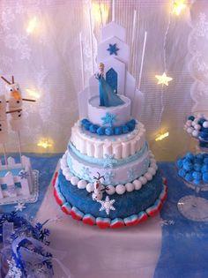 Mesa de golosinas dedicada a Frozen para el cumpleaños de Alba, elaborada en UNO:DOCE. Detalle de la tarta
