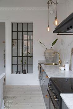 Drömvåningen som krockar sekelskifte och minimalism på ett helt perfekt sätt! – Sköna hem