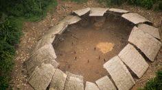 Yano (casa comunal) de indígenas yanomamis no contactados en la Amazonia brasileña, fotografiados desde el aire en 2016