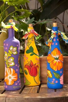 Recycling-- bottles decorated with paint Glass Bottle Crafts, Wine Bottle Art, Painted Wine Bottles, Diy Bottle, Painted Wine Glasses, Bottles And Jars, Decorated Bottles, Glass Bottles, Glass Painting Designs