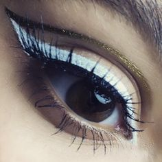 Un double trait d'eyeliner blanc et or par MAC Cosmetics