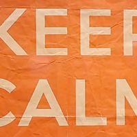 """Na actual era digital, os pósteres """"Keep calm"""" são difundidos e partilhados através de milhares de cliques diários. O design e, sobretudo, as mensagens simples são, segundo o cineasta Temujin Doran, a chave do seu sucesso. Numa curta-metragem produzida no início do ano, Doran contou aquilo que a maioria desconhece: a verdadeira origem do cartaz. E essa, adiantamos-lhe, leva-nos a solo britânico durante a II Guerra Mundial."""