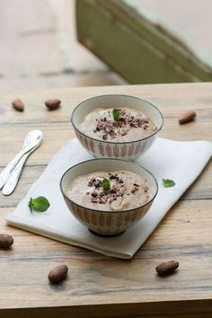 Creams with chia seeds, coconut and cocoa (vegan) - Au Vert with Lili - Cooking / Recettes - Raw Food Recipes Breakfast For A Crowd, Eat Breakfast, Healthy Breakfast Recipes, Clean Eating Recipes, Raw Food Recipes, Sweet Recipes, Healthy Recipes, Overnight Breakfast, Sausage Recipes For Dinner
