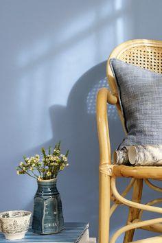 Fargen er en klar mellomblå nyanse. Vakker og maskulin. #mellomblå#blue#lys#rotting#stol#vase#blomster#lin#pute#rustikk#soverom#bedroom#sval#beroliggende#bad#bathroom#barnerom#kidsroom#maling#painting#inspirasjon#inspiration#fargekart#Fargerike Wishbone Chair, Ikea, Furniture, Home Decor, Decoration Home, Ikea Co, Room Decor, Home Furnishings, Home Interior Design