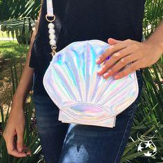 Incrível e arrasadora Shell Clutch.  A bolsa que todas querem pra arrasar no look. ENTREGAMOS PARA TODO O BRASIL!!!! #clutch #bolsa #moda #modafeminina #sereia #concha #mar #mulher #meninas #verão #brasil #lookdodia #balada #oodt