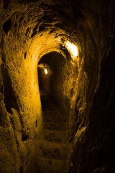Spooky snaps show an incredible underground city that runs 18 storeys deep in Turkey – and a local only discovered it when he knocked down a wall in his house - Alien UFO Sightings Ancient Egyptian Art, Ancient Aliens, Ancient Greece, Sands Of Iwo Jima, Underground Caves, European History, American History, Ufo Sighting, Anglo Saxon