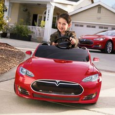 """#Tesla #Model S #BabySeat - #Электрокар предназначен для детей дошкольного и младшего школьного возраста (от трех до восьми лет). Несмотря на игрушечный размер, автомобильчик во многом копирует """"#старшего #брата"""". Как отмечает #техноблог Engadget.com, в нем много реалистичных деталей: работающие #фары, передний #багажник, #цвет окраски (всего их три: #синий #металлик, #темно-серебристый металлик и #красный), #акустическая #система, к которой подключается #смартфон, и другие."""