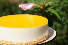 Deze verfrissende en lichte kwarktaartjes stralen van je gebaksbordje af! Door het toevoegen van sinaasappel en citroen aan de kwark krijgen ze een heerlijke friszure smaak en proeven ze niet zo heel zoet. De spetterende knalgele spiegel maakt het zomerse plaatje compleet.