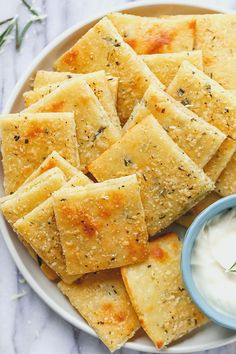Carb Cheese Crackers Low Carb Cheese Crackers - So good and crunchy, these epic crackers will change your snacking routine forever!Low Carb Cheese Crackers - So good and crunchy, these epic crackers will change your snacking routine forever! Low Carb Cheese Crackers Recipe, Low Carb Crackers, Keto Cheese Chips, Cheese Crisps, Easy Cheese Puffs Recipe, Almond Crackers Recipe, Cheese And Crackers, Cream Cheese Keto Recipes, Ranch Crackers