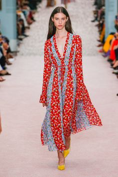 See all the Collection photos from Carolina Herrera Spring/Summer 2019 Ready-To-Wear now on British Vogue Spring Fashion Trends, Milan Fashion Weeks, Spring Summer Fashion, Spring Outfits, London Fashion, Fall Fashion, Carolina Herrera, Fashion Moda, Runway Fashion