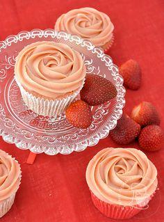 Cupcakes de morango e chocolate com brigadeiro de morango