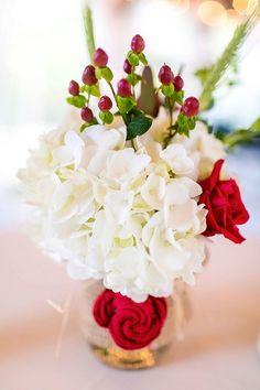 Rosa roja, hortensias y bayas hypericum piezas centrales blancas