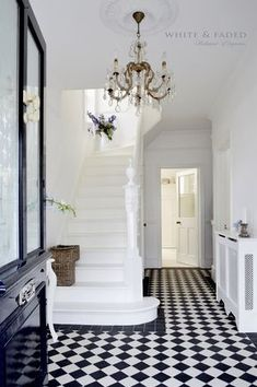 Victorian black and white tiled hallway and white painted staircase Design Entrée, Flur Design, House Design, Design Trends, Design Ideas, Hall Tiles, Tiled Hallway, Style At Home, Home Luxury