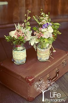 Discover more about wedding arrangements backdrops Check the webpage for more information Seating Arrangement Wedding, Seating Plan Wedding, Wedding Arrangements, Flower Arrangements, Jar Centerpieces, Centerpiece Decorations, Wedding Centerpieces, Centrepieces, Summer Wedding