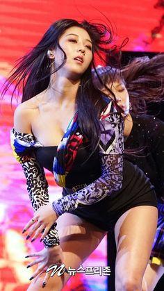 CLC's Seungyeon (승연) - KpopLocks HD Kpop Girl Groups, Korean Girl Groups, Kpop Girls, Korean Beauty, Asian Beauty, Loona Kim Lip, Get Skinny Legs, Stage Outfits, Korean Model